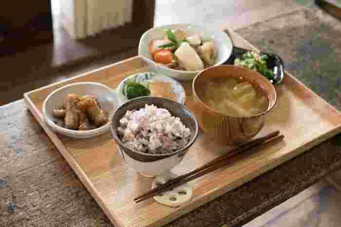 サンドイッチなどの軽食だけでなく、10種類以上のスパイスで煮込んだ自家製のチキンカレーや、栄養バランスがよい野菜たっぷりの日替わり定食も食べられます。
