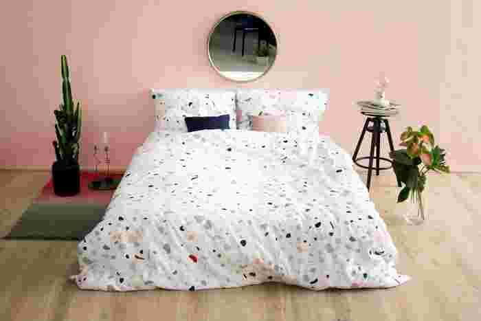 ボルダリングの壁をそのまま柄にしたようなユニークで可愛いベッドカバー&ピローケース。その柄の中にも登場するピンクとネイビーだけピックアップしてクッションカラーに採用。ほんわかした雰囲気のベッドにたちまちメリハリが生まれます。