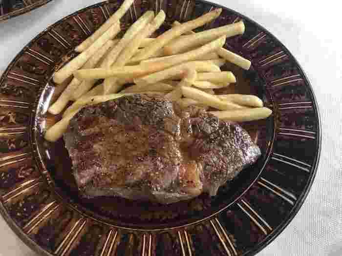 """ランチのメインは、日替わりのパスタや牛ステーキなど7種類ほどからセレクトできます。特にお店自慢の""""シュミネ""""と呼ばれる調理用暖炉でじっくり焼いたお肉料理が評判で、ジューシーで力強い旨みが味わえます。"""
