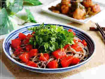 パクチー好きの方に試していただきたいのが、エスニック風お蕎麦のレシピです。トマトのつゆには、ニンニクやナンプラーをプラス。香りがいいアクセントになってくれますよ。サラダ感覚で食べられる、ヘルシーメニューです。
