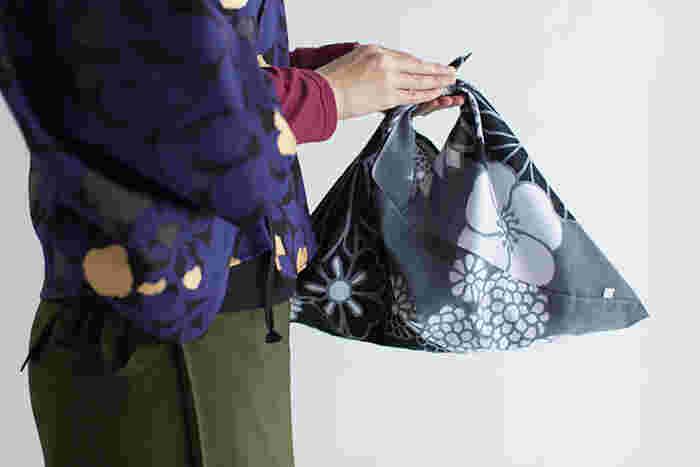 風呂敷みたいに和のテイストを含みつつ、おしゃれでかわいい「あづまバッグ」。大きな入口は使いやすく、たくさん荷物を入れても、軽くて丈夫なので安心です。また水濡れにも強い素材のモノを使えば雨の日も気兼ねなく使えますね。毎日のお買い物やお出掛けの良きパートナーにしてみませんか?
