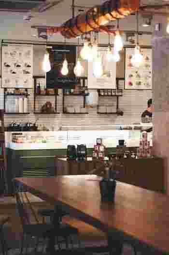 ホステルやゲストハウスには、カフェやラウンジが併設していることが多く、旅行客の憩いの場にもなっていますよ。働いている方に、おすすめの観光スポットを尋ねたり、旅人同士おすすめスポットをシェアしたりするのもGOOD!