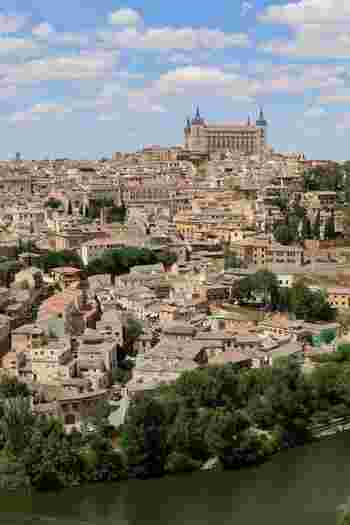 スペイン国土のちょうど真ん中ぐらいの位置にあるトレドは首都マドリードから高速列車で30分ほどで到着します。キリスト教とイスラム教が融合した街は、とても独特でスペインに訪れた際には必ず見ておくべき都市とも言われています。