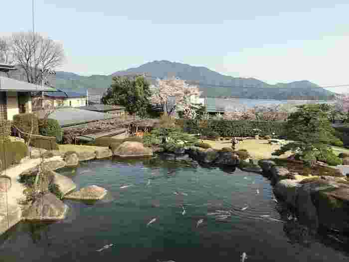 広島県の宮浜温泉にある「石亭」は大変素敵な庭園のあるおこもり宿です。対岸に宮島があるため、美しい庭と宮島を眺めながらゆっくりと過ごすことが出来ますよ。