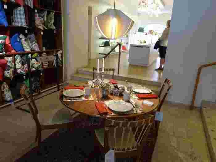 スウェーデンの銀座のような立地にある「スヴェンスク テン」は、家具や照明からテキスタイルまで北欧デザインがぎゅっと集まっているお店です。特にテキスタイルは日本ではあまり見かけないようなデザインも多く、見ているだけでも楽しいお店です。お土産に買いやすいコスメポーチやバッグなども人気です。