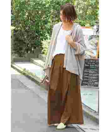 初秋にぴったりの色使いのワイドパンツコーデ。腰回りのタックから裾にかけて広がるAラインが女性らしいシルエットのパンツは、カットソーや薄手のニットをインしてメリハリをつけて着こなすのも◎