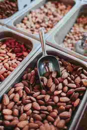 アーモンドやヘーゼルナッツが使われる事が多いビスコッティ。健康食品としても注目されるナッツには、抗酸化作用が高い栄養素ビタミンEが豊富に含まれています。また、食物繊維も豊富なので、朝のトーストをナッツ入りのビスコッティに変えてみるのも良いかもしれません。