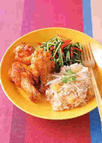 香草やナンプラーが効いたエスニックだれに漬け込んだ鶏の手羽元とりんご風味のジャスミンライスとよく合います。ピリ辛の青菜の炒め物を添えて、アジアンプレートを楽しんで。