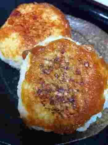 醤油麹とバター&みりんを塗って焼くだけの醤油麹焼きおにぎり。香ばしくて、お弁当にぴったりです。