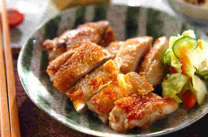 まず最初におすすめしたい「もも肉レシピ」が、照り焼きです。コッテリ系のメニューには、特有のコクを味わえるもも肉がぴったり。 もも肉は筋があるため、調理の際には筋切りをしましょう。皮はフォークで数カ所刺しておくと型崩れせず、味が染み込みやすくなります。焼いているうちに出てくる余分な脂をキッチンペーパーなどで吸い取ると、キレイな焼き色に仕上がります。
