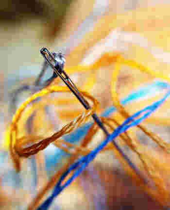 針にもいくつか種類がありますが、はじめに選ぶなら「フランス刺しゅう針」が使いやすくておすすめです。ただしクロスステッチをする場合のみ、専用の「クロスステッチ針」が必要になります。