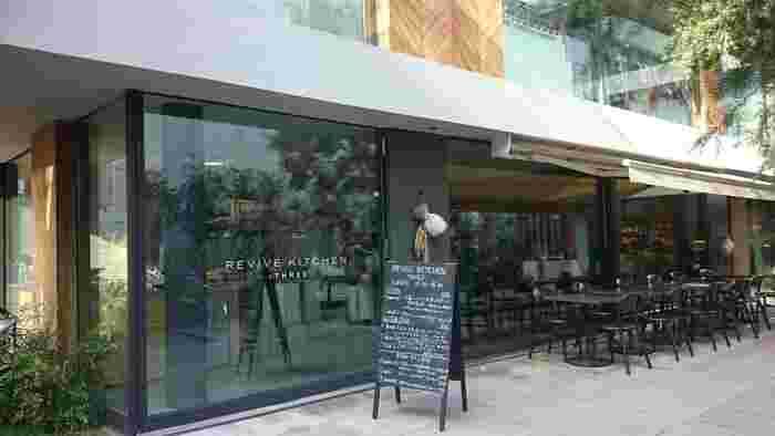 青山通り「Aoビル」から少し入った静かな場所に。平日は朝8時からオープンしています。