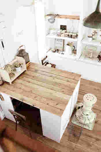 向かい合わせにしたカラーボックスを合計4台使い、板を渡してテーブルのようにするアイデア。テーブルの足となる部分が収納スペースになり、見えにくいので細々したものを収納するのにも◎作業スペースや勉強コーナーによさそうです。