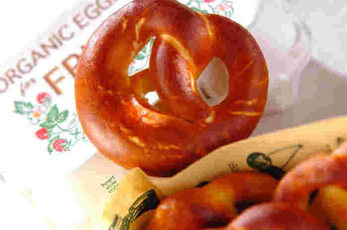 """プレッツェルの語源は、ラテン語で""""腕""""の意味。その名の通り、腕組みをしたような形に編まれています。ちなみに、プレッツェルには岩塩がまぶされているのが一般的ですが、食べる前に指で落とし、パンに残った塩味を楽しむのだとか。"""