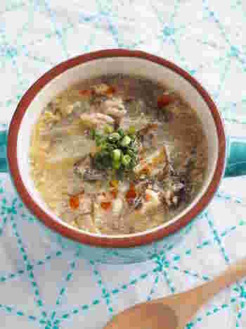 市販のもずく酢を使った、お手軽サンラータンのレシピ。大根を加えることで、食べごたえのあるスープになります。辛さで体が温まり、朝食にもおすすめです。