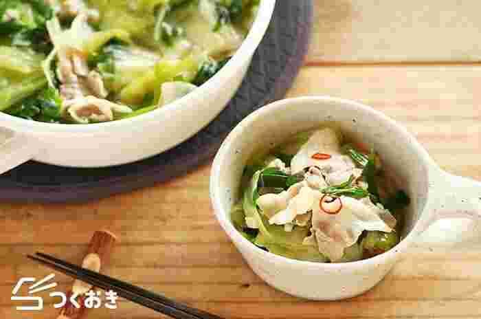 """にんにくバターのこってりスープなら、豚肉とキャベツのお鍋も""""もつ鍋風""""の味わいに。お肉のアクをきちんと取り、ニラは食感を残すために最後に入れるのがポイントです。"""