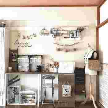 天板となる2枚の木材を蝶番で取り付けているこちらのデスク。2枚目の天板を開けたり閉じたりすることで、2段階の長さで使うことができるのだそうです。広げた天板にお気に入りの雑貨や手作りの作品を置いて、アトリエのようにディスプレイしたり、来客があるときだけデスクをコンパクトにしたり…と、さまざまな使い方が楽しめそう。