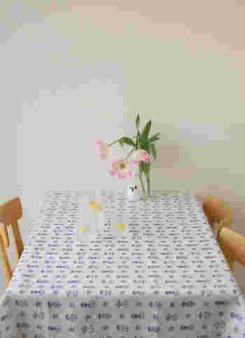 テーブルクロスに使えばお部屋がほっこりとした雰囲気に。シンプルな家具との相性もよく、オールマイティに使えるリネン生地です。