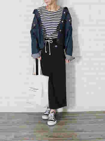 タイトスカートをカジュアルに着こなしたいなら、スウェットがおすすめです。足さばきも良く、楽に着られますよ。ボーダートップスやコンバースと合わせて、定番スタイルの完成です♪