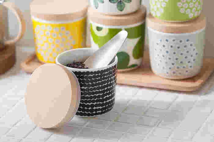 「マリメッコ」で人気のラテマグにfree designオリジナルの木蓋をセットすれば、茶葉の保存やシュガーポットとしても使えます。パッキン付きなので密閉性があり、スタッキングできて便利です。