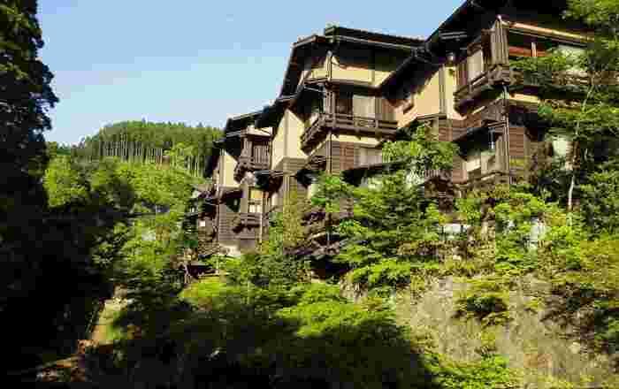 大分県との県境に位置する「黒川温泉」は、30軒の旅館が集まる熊本を代表する大人気の観光地。山間にあるため、交通アクセスはあまりよくありませんが、趣のある雰囲気に魅せられて多くの観光客が訪れています。ミシュラン観光ガイドで二つ星を獲得しました。
