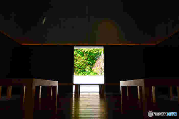 内部は腰を落としてゆっくりできるようになっています。 真ん中にあいたスペースは、「見えない四畳半」と呼ばれているそうです。思策空間から見える長方形に切り取られた景色を、ただぼーっと眺めるだけで「禅」の思想に一歩近づいたような気がするはずです。