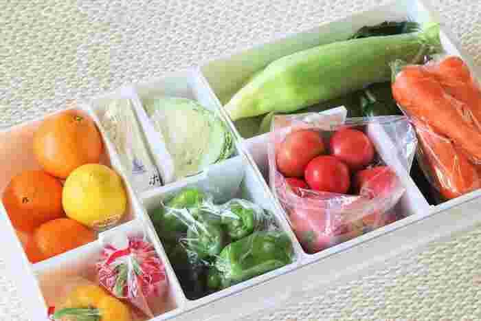 好きな場所に仕切り板をセットできるので、野菜の大きさに合わせて自在に収納スペースを作ることができますよ。こんな風にそれぞれの種類ごとに分類して収納しておくと、料理の時に必要な食材をすぐに取り出せて便利ですね。