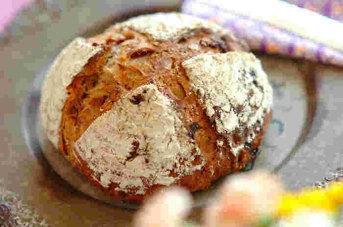 ベリーとナッツがたっぷり入ったカンパーニュ。まるでお洒落なパン屋さんで売っているパンみたい!薄く切ったカンパーニュとワインで癒しの時間をたのしんでみませんか♪