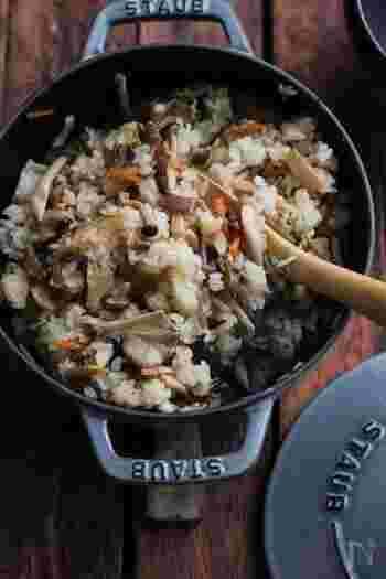 秋に作りたくなるきのこレシピといえば、やっぱりきのこご飯。ニンジンやこんにゃくなどのお野菜をたっぷり入れて作れば、きのこご飯とお味噌汁だけでも立派な献立が出来上がります♪