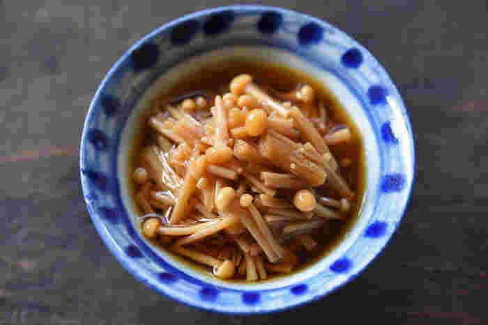 ごはんのおともに人気の「なめたけ」をおうちで簡単に作れるありがたいレシピがこちらの「レンジで作る!自家製なめたけ」。耐熱ボウルにえのき茸と調味料を入れてレンジで加熱するだけで、美味しいなめたけの完成です。材料も少ないだけでなく、冷蔵で1週間、冷凍保存で1ヵ月持つのでたっぷり作って保存しておけば忙しい朝に役立ってくれるかも。