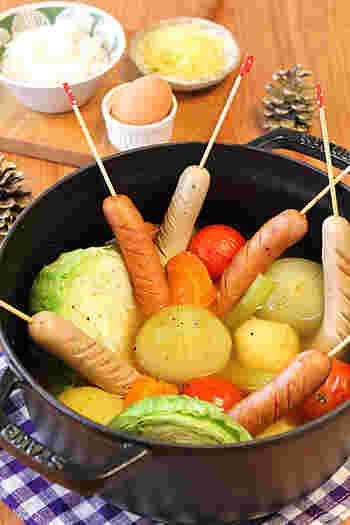 どかーんと見た目もダイナミックなこちらの「丸ごと玉ねぎとソーセージの洋風鍋」はお子様がいるご家庭などで活躍してくれそうな見た目も楽しめる洋風鍋です。色々なお野菜で試してみてくださいね。
