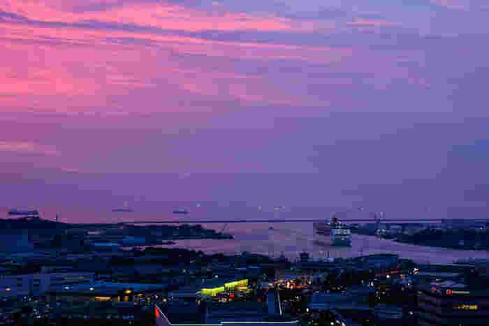 大型客船も迎える金沢港は、海産物好きには見逃せない、きときとの魚やかにが集まる漁港でもあります。 海に面した「いきいき魚市」は金沢駅から車で15分とちょっと足を伸ばすだけなので観光客にもオススメです。