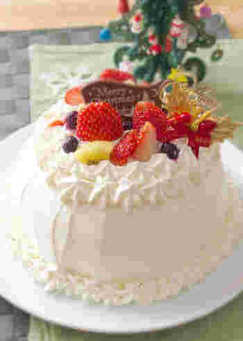 ドーム型のケーキにするために、中にはカットしたスポンジがたっぷりと入っています。大きく焼き上げなくても、こんなにゴージャスにデコレーションすることができるということを知っておくと、さまざまなスタイルに応用していけそうです。