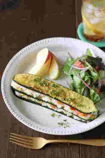 夏野菜と言えば、ズッキーニも外せません。縦長にスライスして軽くソテーしたズッキーニ→ごはん→ソースの順に重ねてミルフィーユ風に。トースターでこんがり焼き目をつければ完成です。