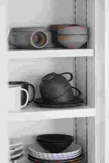 食器棚の棚の上部に空間を持たせると手前も奥も取り出しやすくなります。