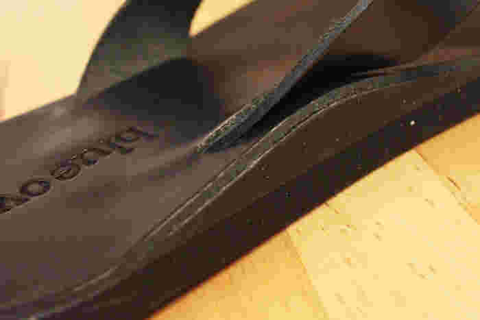 こういったタイプのサンダルは長時間履いていると足が痛くなるというのが難点なのですが、こちらは硬度とクッション性にうんとこだわり、履いていても疲れないサンダルが実現されました。デザインだけではなく機能面にも優れた文句なしのサンダルです。