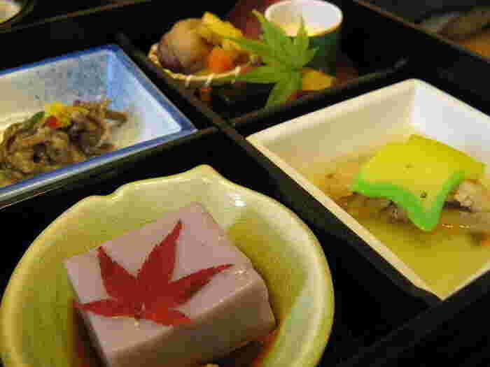権現茶屋では、薬王院で出されている精進料理を使ったお弁当をいただくことができます。季節に合わせた食材で作られた精進料理を、気軽かつリーズナブルに楽しめるため、大変人気があります。