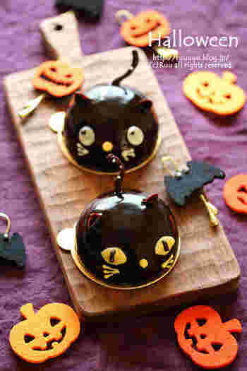 可愛くて、食べるのにちょっと躊躇してしまいそう!? 表情が何とも言えない黒猫のチョコムースケーキです。