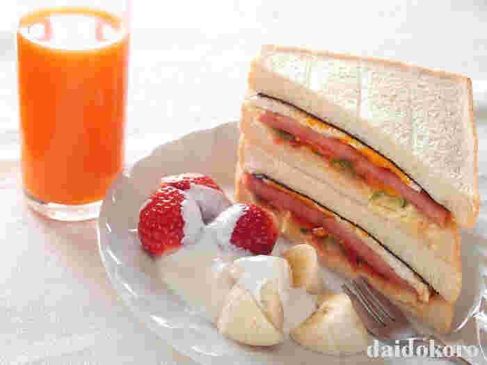 ポークランチョンミート、卵、スライスチーズ、ピーマン、玉ねぎを挟んだサンドイッチは、ボリューム満点で味も◎。フルーツを添えてヘルシーでオシャレなワンプレートランチを楽しむのも素敵。