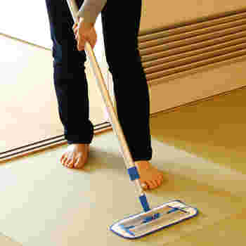 吸収性の良いモップを取り付ければ、雑巾がけのようにしっかりと汚れを落とす事ができます。
