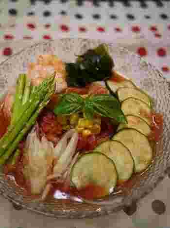 どれも洗って切って混ぜるだけの簡単レシピ。たっぷりの野菜が見た目でも食欲をそそります。