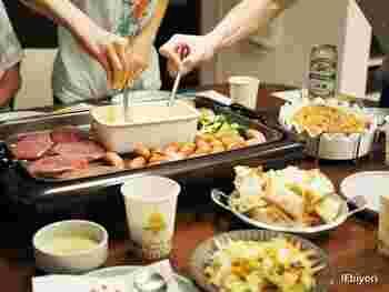 食材は子供も食べるので、小さめに切って出すのがポイントです。チーズフォンデュはホットプレートの隣で他のレシピを作れるので、2品同時に出来上がりです!