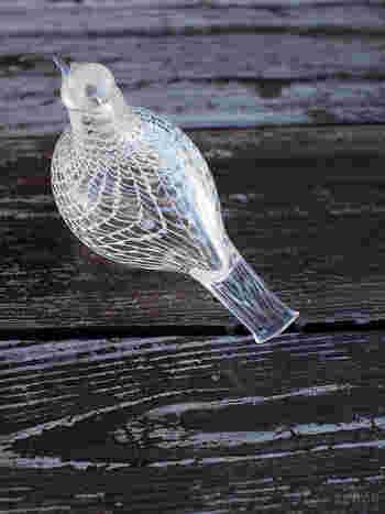 こちらのMediator Dove(メディエイタードーブ)は、クリアなガラスにホワイトの鳥の羽のようなラインが美しく、単体で飾っても絵になるオブジェです。