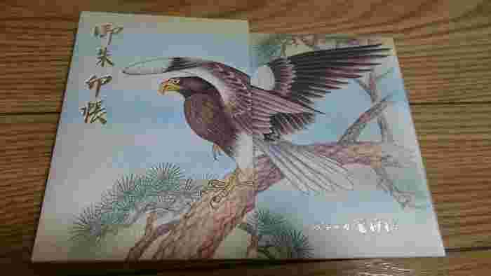 東京・鷲(おおとり)神社の御朱印帳。見開きで大きく描かれた鷲の絵が美しいです。商売繁盛の神様としてご利益があります。