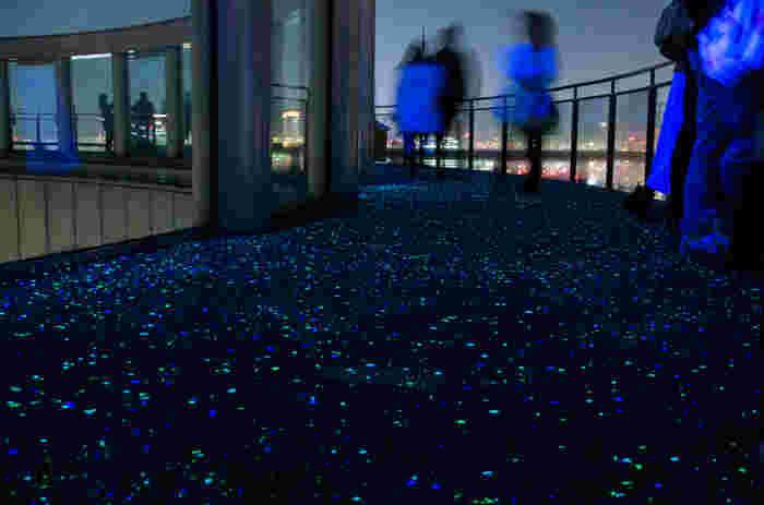 360度広がるパノラマの展望台は、その名の通り、まるで星の海に足を踏み入れたかのような錯覚をもたらします。『ラピュタ』に登場する『飛行石』にも、見えませんか?