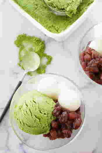濃厚でなめらかな抹茶アイスクリームもおうちで作っちゃいましょう!上質な抹茶を使うと、高級感のある本格的な味わいに。小豆や白玉を添えて抹茶パフェ風にすれば、おもてなしにも喜ばれそうです♪