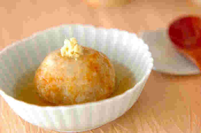 里芋を八方だしで煮てつぶし、揚げまんじゅうに。煮汁にとろみをつけて仕上げにかけます。とても品があって、上質な味わいの一品料理。お月見らしい風情も感じますね。