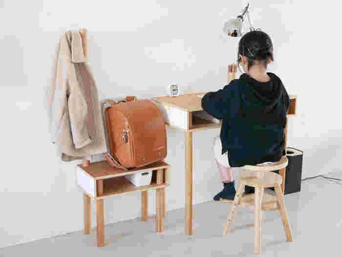 成長に合わせて愛用できる、こちらのコンパクトなリフトスツールなら、お子様の勉強用の椅子としても大活躍です。足置きが付いているので、集中力もアップ。大人も使えるので、どんな空間でも対応できる万能スツールです。