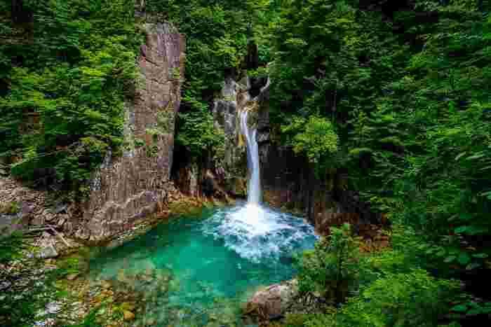 花崗岩の岩壁から柿其川本流が一気に流れ落ちる牛ヶ滝は、柿其渓谷のハイライトともいえる景勝地です。白く輝く一筋の瀑布、エメラルドグリーンに輝く滝壺が融和した壮大な景色は訪れる人に忘れることができない感動を与えてくれることでしょう。