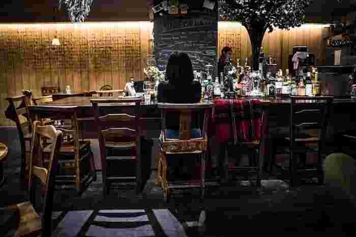 麹町カフェでは、昼と夜訪れるたびに、また違った顔を見せてくれます。ワインも無添加のビオワインがあり種類も豊富。セレクトされたワインは、味がしっかりした新鮮野菜やジビエ料理などにも合い、夜は夜でまた舌鼓を打たせてくれますよ。秘密にしておきたいけれど、みんなに教えたい。そんな素敵空間なんです。